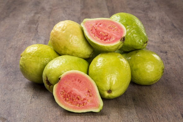 pile-of-guavas-on-wooden-table